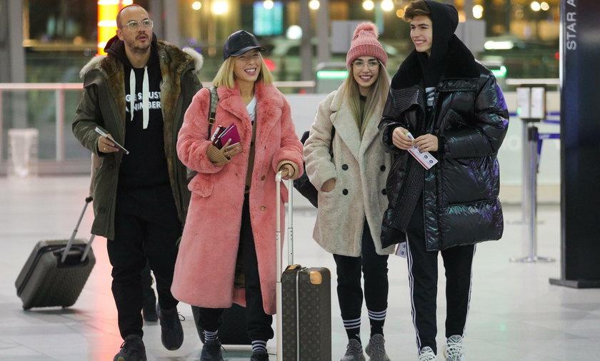 Ewa Chodakowska z siostrzeńcami na lotnisku