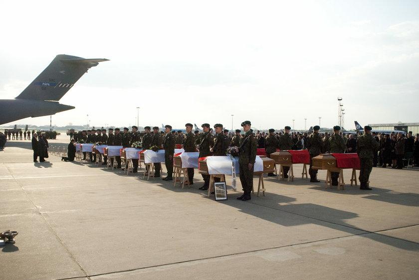 Uroczystości żałobne na Okęciu 15 kwietnia 2010