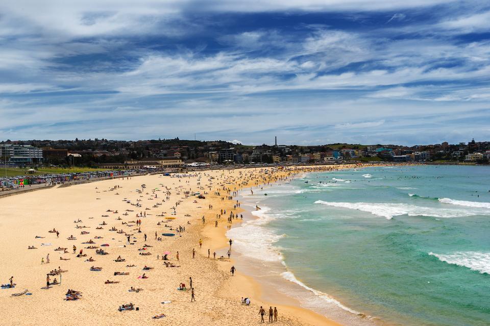 Piękna plaża w środku miasta? Taką kombinację znajdziecie w Sydney. Plaża Bondi Beach zawsze jest pełna mieszkańców i odwiedzających miasto turystów. Panuje tu typowo australijski klimat.