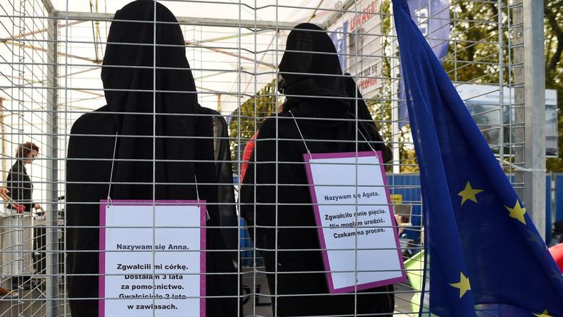 """Będziemy walczyć o godność i wolność, o zerwanie z hipokryzją - powiedziała podczas niedzielnej demonstracji Barbara Nowacka z Komitetu Inicjatywy Ustawodawczej """"Ratujmy kobiety"""". Jak mówiła, w Polsce aborcja jest nielegalna, brak jest rzetelnej edukacji seksualnej oraz nie ma dostępnej antykoncepcji. Lekarze odmawiają zabiegów, odmawiają porad, odmawiają udzielenia pomocy, bo im sumienie nie pozwala. A gdzie nasze sumienia? Gdzie nasze prawa? Gdzie prawa i wolność kobiet? - pytała. W Polsce musi być normalnie, żebyśmy czuły się bezpieczne. Żeby nasze córki miały prawa, miały edukację, miały wiedzę, a nie były narażone na pogardę i na wstyd. W Polsce musi być normalnie, aby kobiety i mężczyźni chcieli mieć dzieci - powiedziała."""