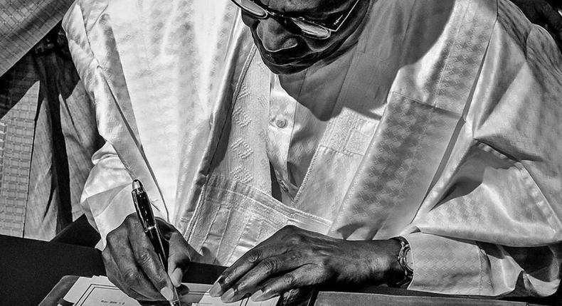 President Muhammadu Buharu signing AfCFTA document in Niger, July 7, 2019 (Bayo Omoboriowo)