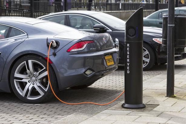 W grudniu ubiegłego roku Komisja Europejska zgodziła się na udzielenie 3,2 mld euro pomocy publicznej firmom, które zgłosiły się do unijnego konsorcjum bateryjnego. Ta inicjatywa ma doprowadzić do produkcji europejskich baterii do samochodów elektrycznych. Wśród 17 przedsiębiorstw z siedmiu państw są też trzy polskie podmioty: Elemental, Eneris i polski oddział belgijskiego koncernu Umicore.