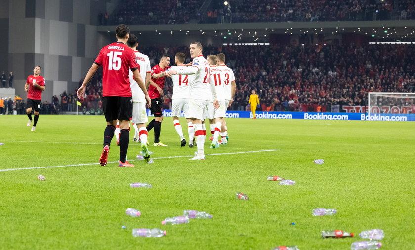 Mecz Albania-Polska toczył się w atmosferze skandalu. Na głowy Polaków poleciały butelki!