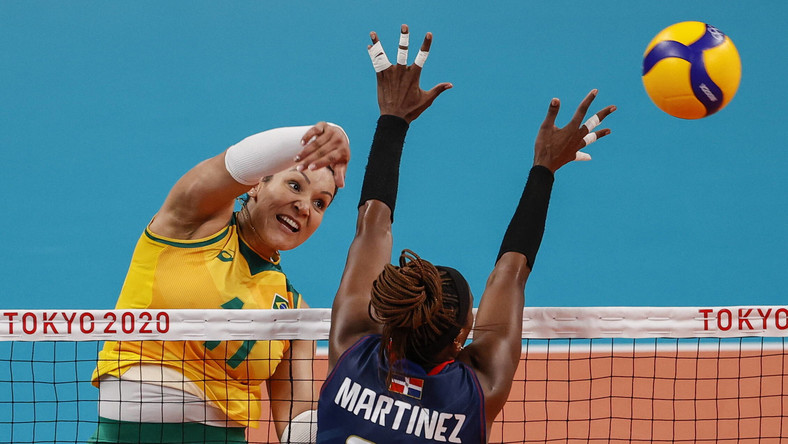 Brazylijka Tandara Caixeta (L) podczas meczu fazy grupowej z Dominikaną