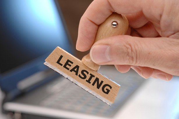 Leasing. Jest to sposób finansowania środków trwałych, polegający na tym, że leasingodawca (finansujący) kupuje wskazany przez leasingobiorcę produkt, a następnie oddaje mu go w użytkowanie w zamian za miesięczny czynsz.