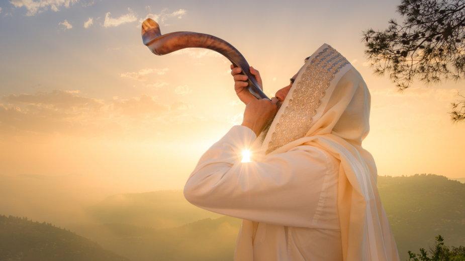 Żyd dmuchający Shofar (róg barana), który służy do wydmuchiwania dźwięków na Rosh HaShana (Żydowski Nowy Rok)
