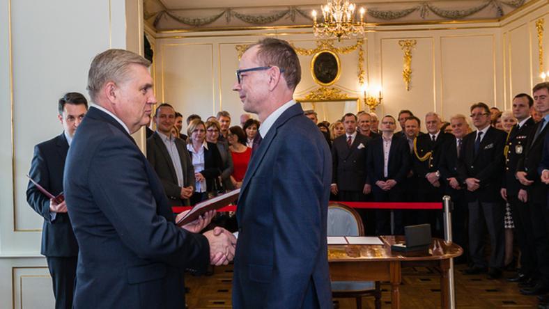 Prezydent Białegostoku wręcza nominacje swojemu nowemu zastępcy