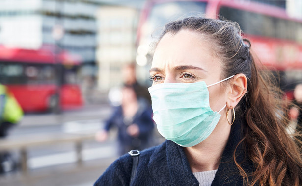 Kobieta w maseczce na ulicy Londynu