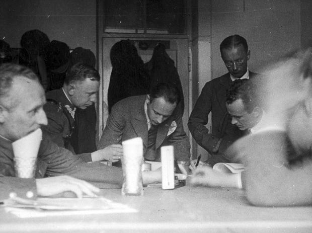 Kapitan Stanisław Skarżyński (2. z lewej) studiuje plan lotu w towarzystwie inż. Stanisława Rogalskiego, konstruktorów Jerzego Drzewieckiego i Jerzego Wędrychowskiego oraz pilota Kazimierza Kaliny