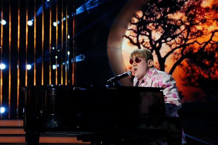 Paweł Tucholskij ako Elton John