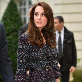 Księżna Kate i jej stylizacja podczas wizyty w Paryżu. Zaliczyła modową wpadkę?