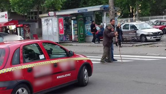 Taksista pomaže dedi da pređe ulicu u Kragujevcu