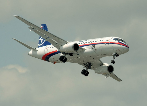 Smolot Suchoj Superjet 100, który może zabrać na pokład blisko 100 pasażerów.