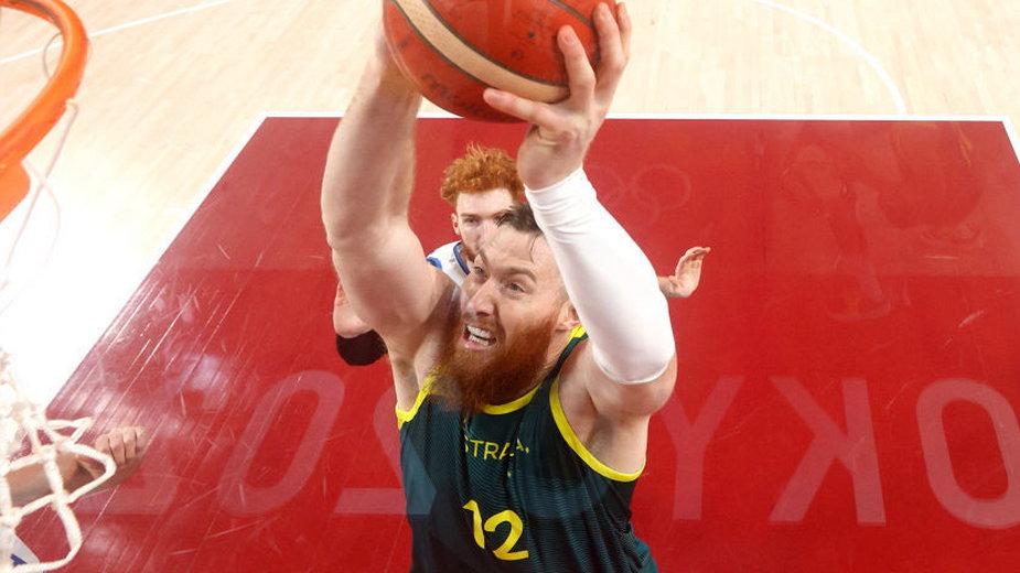 Australijczyk Aron Baynes podczas meczu z Włochami na igrzyskach w Tokio