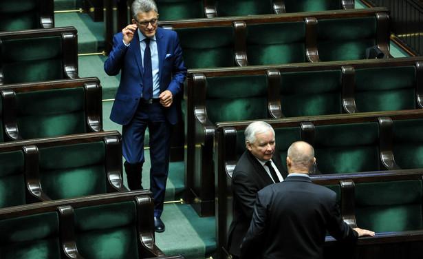 Prezes Prawa i Sprawiedliwości Jarosław Kaczyński oraz poseł Stanisław Piotrowicz na sali obrad