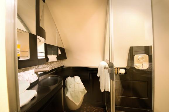 """Kao hotel: Jedno od kupatila u avionu Komande: Reporter """"Blica"""" u pilotskoj kabini"""