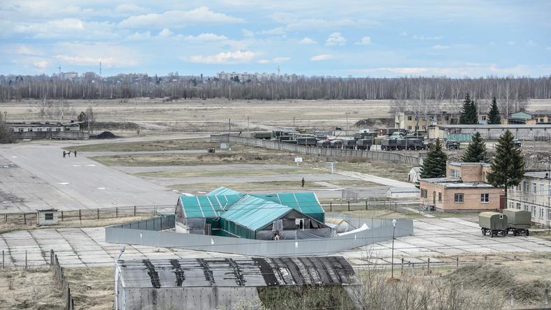 Hangar, w którym znajduje się wrak samolotu prezydenckiego Tu-154M, na terenie lotniska wojskowego w Smoleńsku