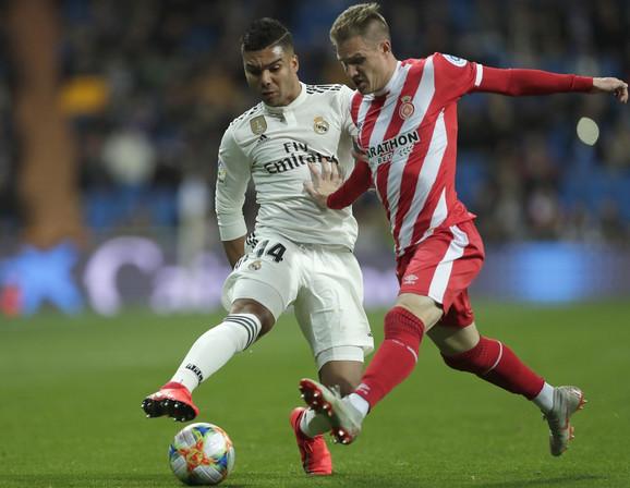 Strelac gola za Real, Kazemiro, u duelu sa igračem Đirone