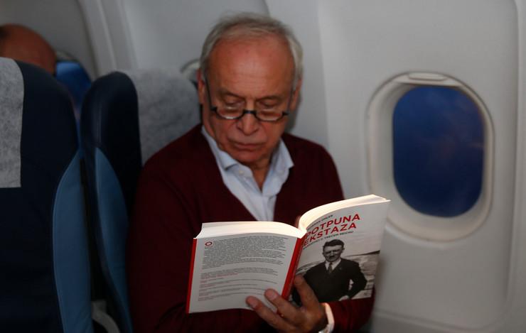 Milorad Vučelić je let prekratio čitanjem knjige