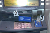 Skimer na bankomatu