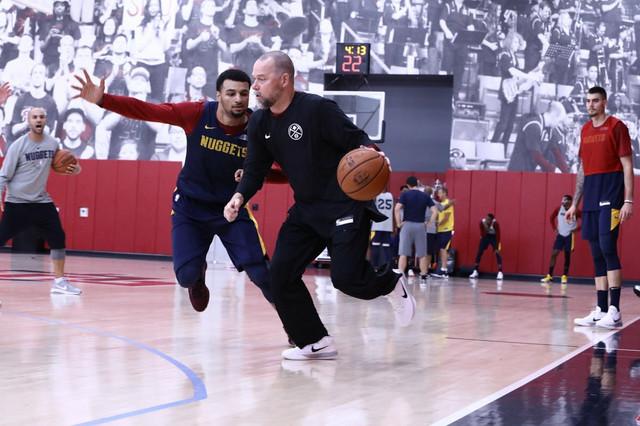 Trener Denvera Majkl Malon na jednom od treninga Nagetsa