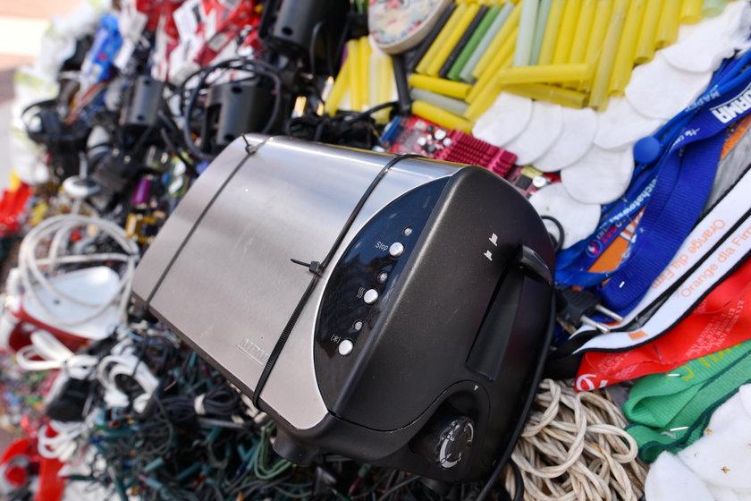 Pracownicy łódzkiej oczyszczalni ścieków pokazali jakie śmieci wyławiają z kanałów