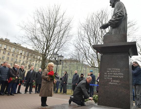 Putin polaže cveće na grob prvog gradonačelnika Sankt Peterburga Anatolija Sobčaka na godišnjicu njegove smrti 19. februara