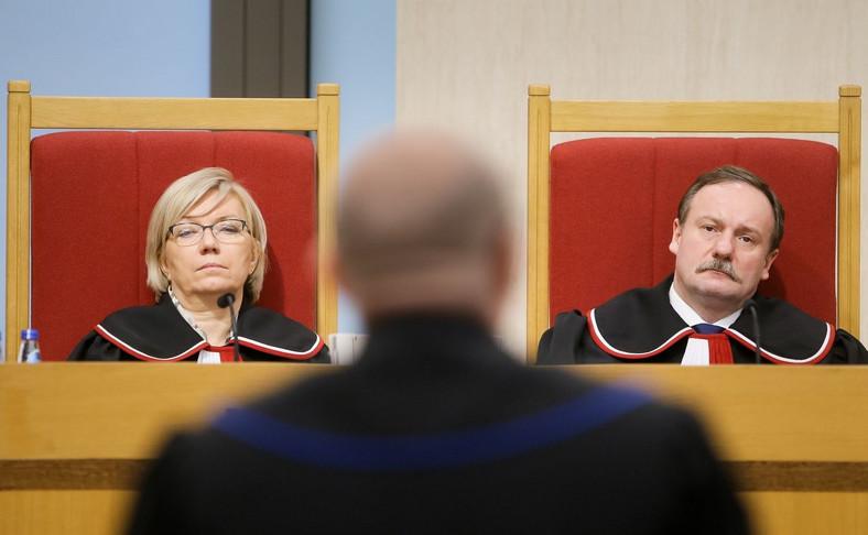 Sędziowie Piotr Pszczółkowski i Julia Przyłębska podczas rozprawy w Trybunale Konstytucyjnym