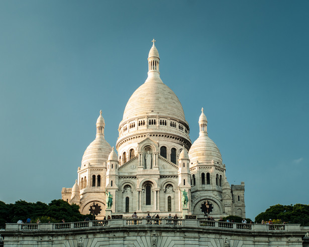 Bazylika Sacré-Cœur (Bazylika Najświętszego Serca) – kościół na szczycie wzgórza Montmartre w Paryżu. Kiedy w 1870 roku wybuchła wojna francusko-pruska, dwaj francuscy przemysłowcy przysięgli sobie, że jeżeli po wojnie ujrzą Paryż takim samym, jak przed wojną, to wybudują bazylikę ku czci Serca Jezusowego. Gdy rok później po zakończeniu działań zbrojnych okazało się, że Paryż został nietknięty, przemysłowcy postanowili wypełnić swoją obietnicę.