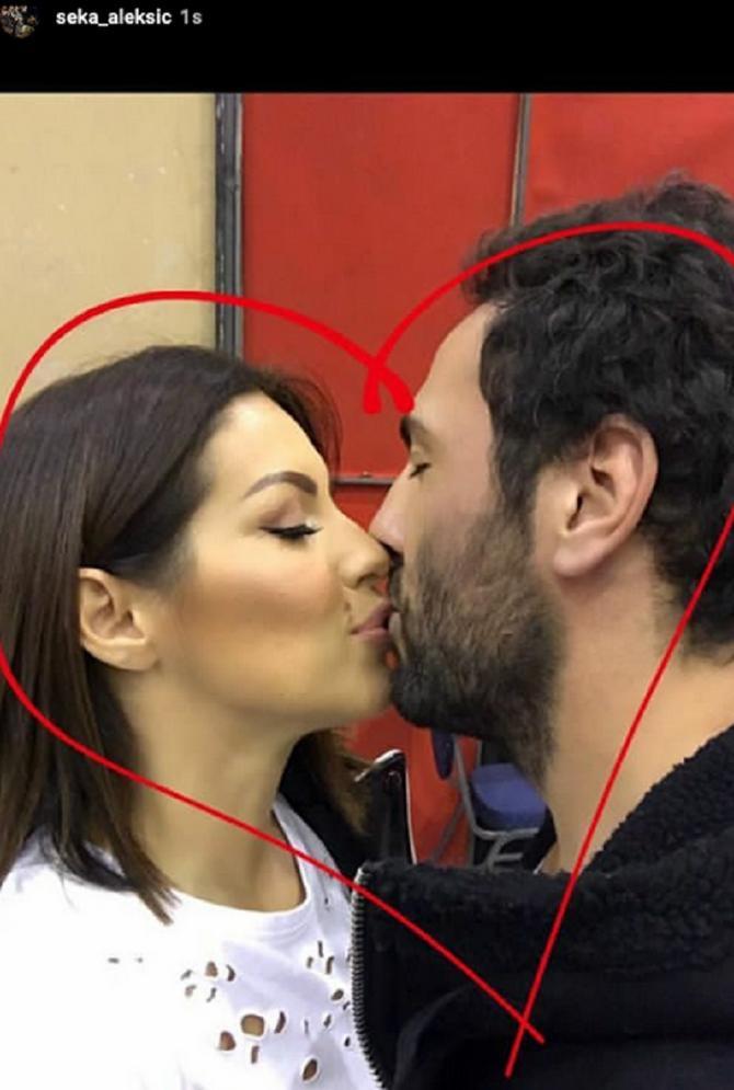 Seka i Veljko okruženi srcem