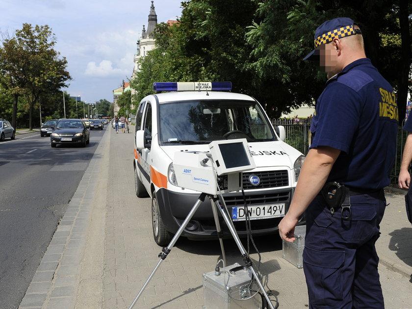 Strażnik miejski przy fotoradarze