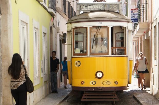 Lizbona, żółty tramwaj