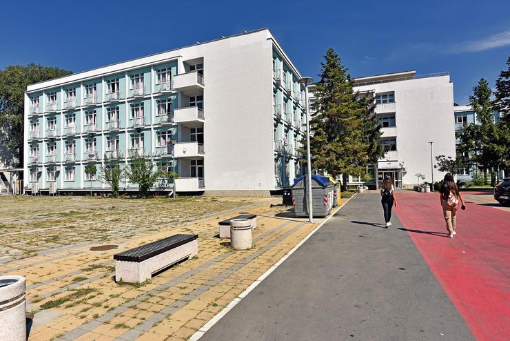 Odnedavno na adresi u ulici Zdravka Čelara u svoju novu kuću useljena su 632 učenika