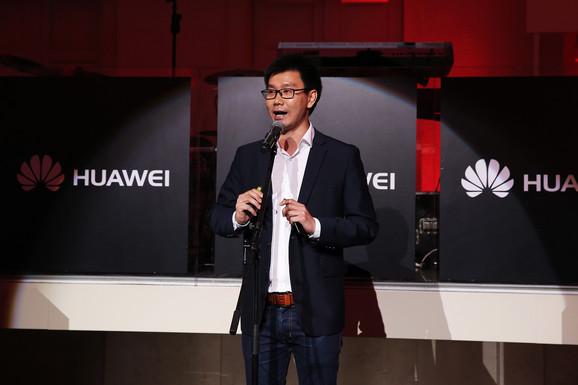 Džeki Zhao ispred Huawei device Srbija