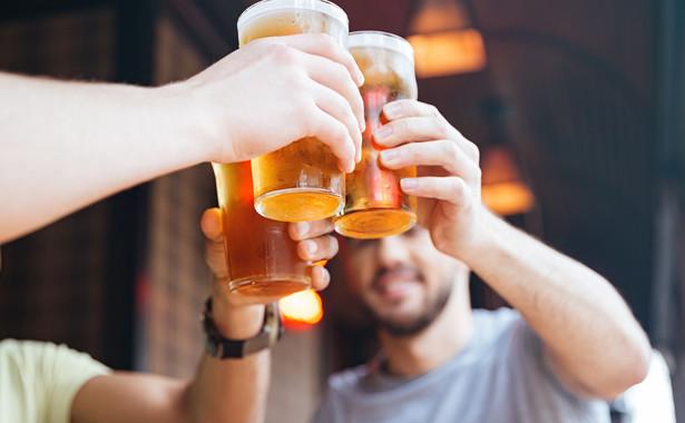 Mężczyźni piją piwo