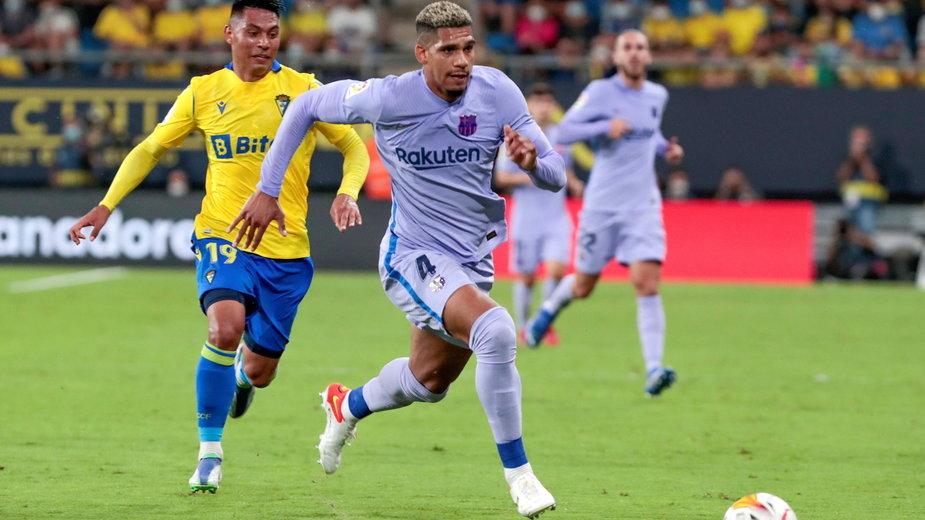Ronald Araujo (po prawej) w meczu z Cádiz