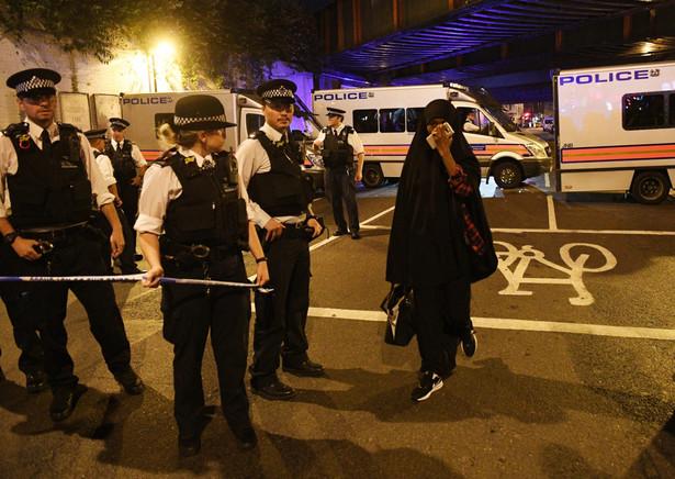 Według informacji przekazanych mediom przez służby ratunkowe, co najmniej jedna osoba nie żyje, a osiem pozostaje w szpitalach po tym, jak w nocy z niedzieli na poniedziałek samochód wjechał w grupę muzułmanów w północno-wschodnim Londynie.