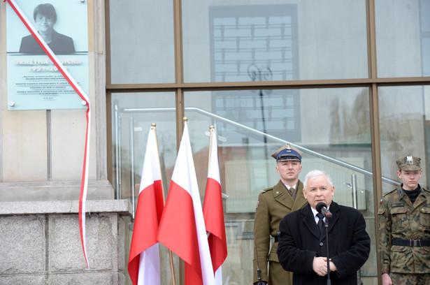 Prezes PiS Jarosław Kaczyński podczas uroczystości odsłonięcia tablicy upamiętniającej śp. Grażynę Gęsicką