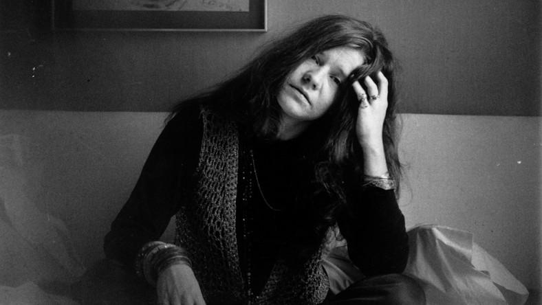"""–To niesamowita ikona rocka, kobieta, która przetarła szlak dla wielu innych wokalistek. Była pierwszą kobietą, która odniosła taki sukces na amerykańskiej scenie muzycznej, miała niesamowity głos, a do tego jej muzyka jest aktualna do dzisiaj – mówiła Amy Berg o Janis Joplin. Ze starannie wybranych materiałów archiwalnych, którym towarzyszą nagrane współcześnie wywiady, autorka głośnego """"Zbaw nas ode złego"""" stworzyła dokument, który wpisuje się w obecny w kinie trend realizowania filmowych biografii muzycznych legend. Narratorką opowieści jest sama Janis. Jej słowa pochodzą z listów, jakie pisała do rodziny, przyjaciół i kochanków. Odczytuje je Chan Marshall, znana jako Cat Power."""