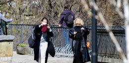 Stylowa Magda Mołek pracuje podczas wiosennego spaceru w parku! Co robiła?
