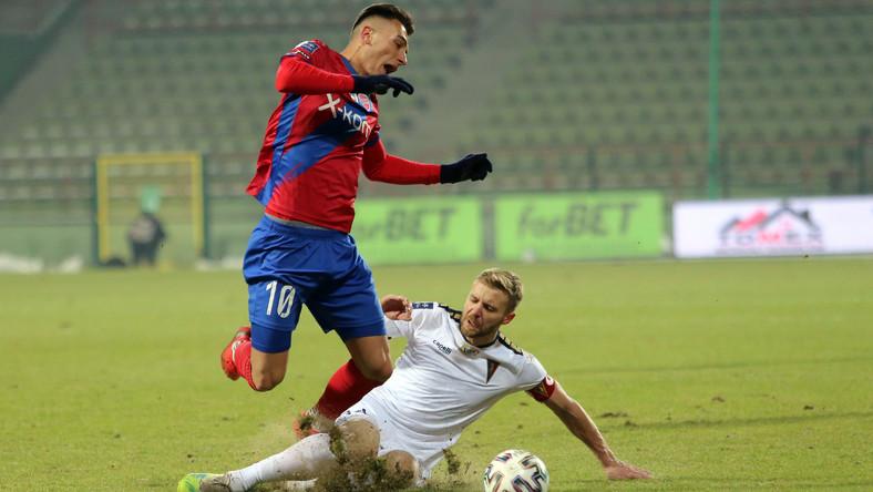 Zawodnik Rakowa Częstochowa Igor Sapala (L) i Kamil Drygas (P) z Pogoni Szczecin podczas meczu 15. kolejki piłkarskiej Ekstraklasy
