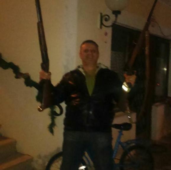 Josip Golomejić na društvenim mrežama ima i fotografiju sa oružjem