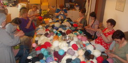 Dziergają czapki dla afgańskich dzieci
