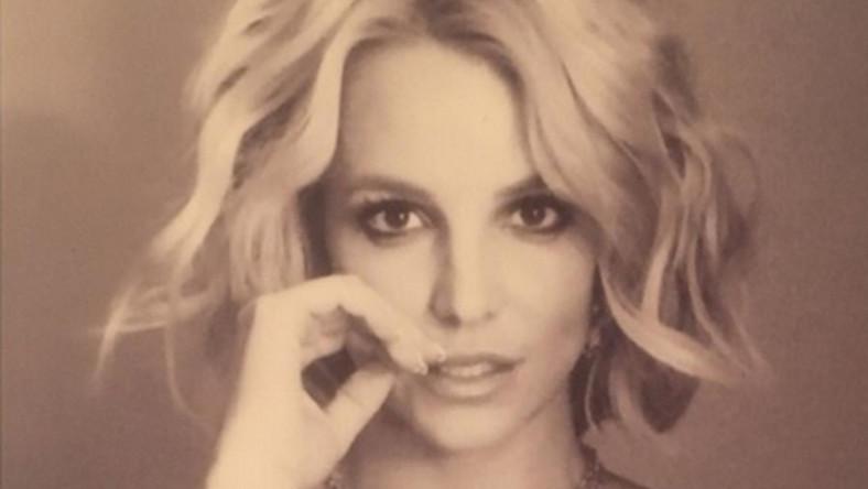 Gwiazda pop pozuje nago do zdjęcia, zakrywając jednak przy tym biust... Mimo tego trzeba przyznać, że Britney i tak wygląda niezwykle kusząco.