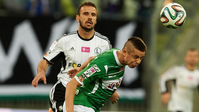 Ariel Borysiuk (P) z Lechii Gdańsk walczy o piłkę z Orlando Sa (L) z Legii Warszawa w meczu 36. kolejki grupy mistrzowskiej T-Mobile Ekstraklasy