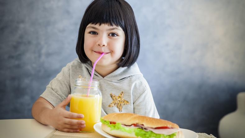 Dziewczynka pije sok