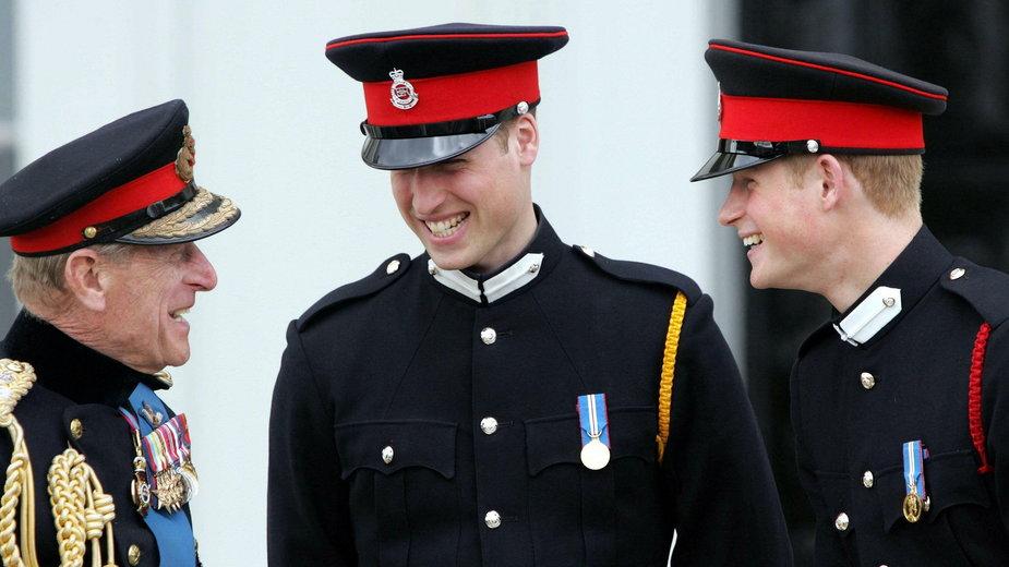 Od lewej: książę Filip, książę William i książę Harry w 2006 r.
