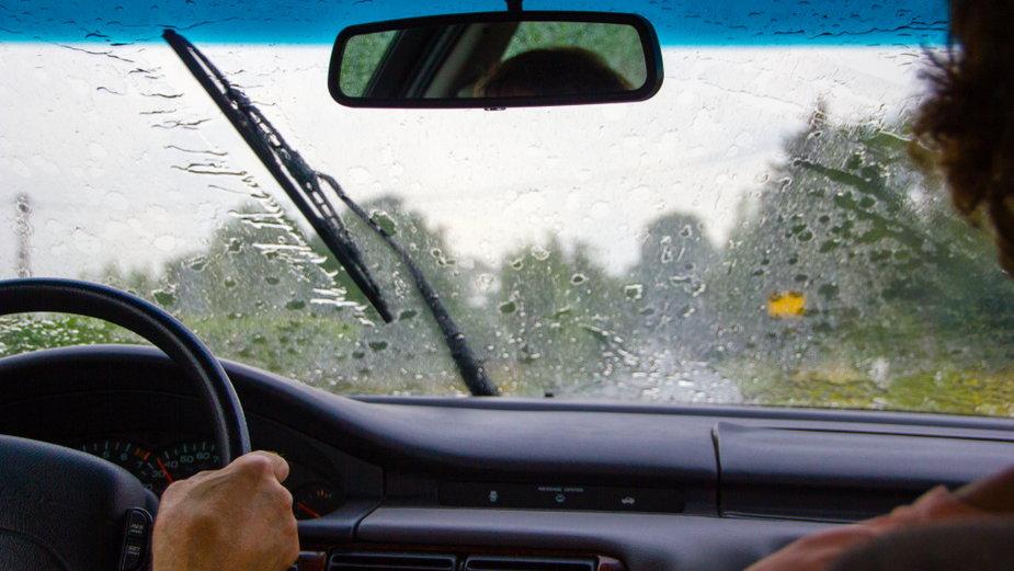 Jak zachować się w czasie burzy w samochodzie? 10 praktycznych porad