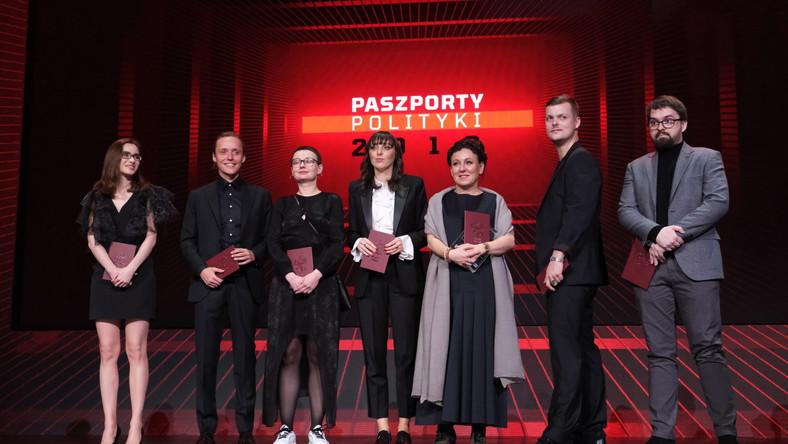 Kompozytor, wokalista Błażej Król (2P), pisarka Dominika Słowik (L), aktor Bartosz Bielenia (2L), autor gier Dawid Ciślak (P), reżyserka Weronika Szczawińska (3L), fotografka Weronika Gęsicka (4L) oraz laureatka literackiej Nagrody Nobla Olga Tokarczuk (3P)