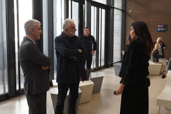 Veselin (u sredini) na suđenju sinu Jovici, u društvu manekenke Dejane Živković, Jovičine devojke